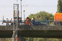 Odborníci při zátěžové zkoušce nejprve použili mostní prohlížečku, v noci pak na most vjela i těžká technika