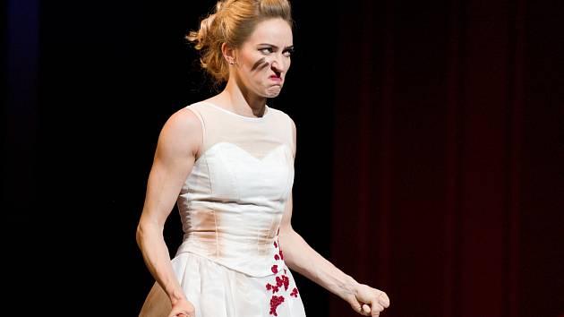 Sólistka baletu DJKT Jarmila Hruškociová v představení Zkrocení zlé ženy.