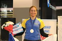Plavkyně Lenka Šlehoverová po medailovém ceremoniálu na mistrovství světa v zimním plavání v Murmansku.