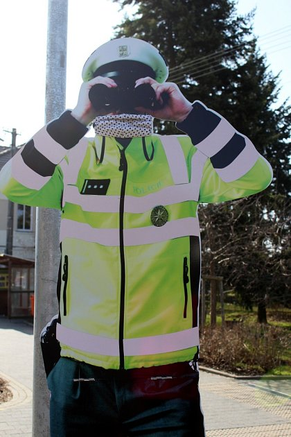 Když všichni, tak všichni. VDolním Žandově dostala roušku imaketa hlídkujícího policisty upřechodu pro chodce.