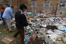 Vyklízení dvora plného odpadků v Resslově ulici 13 včera začalo. Pracovníci, kteří úklid provádějí, se rozhodně nenudí. Práce, které lze nazvat sanací,  budou trvat celý týden