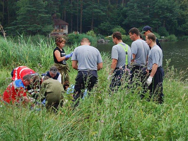 Tragicky ve čtvrtek skončilo pouštění rádiem řízeného modelu letadla u Drahotínského rybníka pro jedenasedmdesátiletého muže ze Zruče. Poté, co se jeho model zřítil do vody, se muž rozhodl pro něj doplavat. Zpátky na břeh už se ale vrátit nedokázal