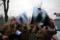 Ještě v Kyjevě se vojenští lékaři seznámili se zdravotní dokumentací pacientů. Vpravo plukovník Michal Mareček