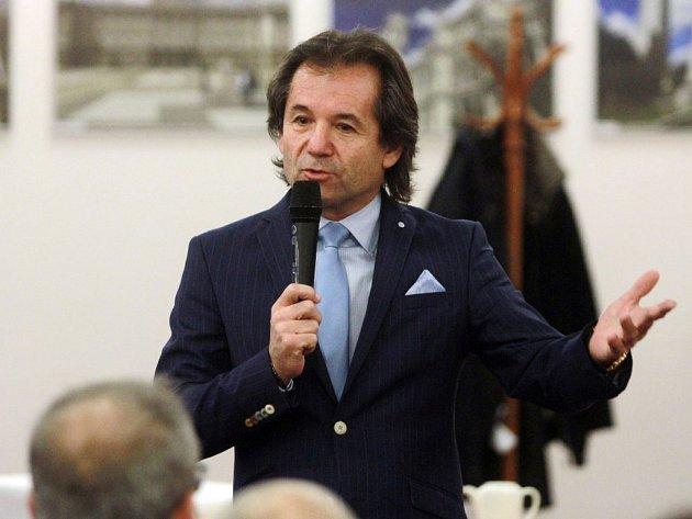 Bezpečnostní expert přednášel před zaplněným kongresovým sálem především o migrační krizi, kterou označil za příčinu budouci zkázy Evropske unie