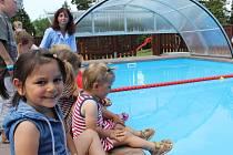 Rozpraskaný a malý bazén na zahradě Dětského domova Trnová nahradil jiný – větší a zastřešený