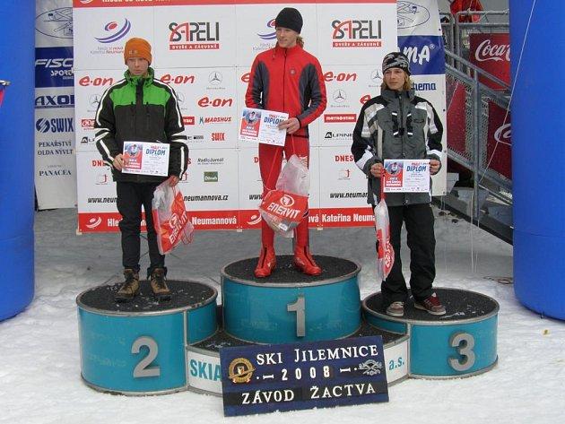 Marek Švejnoha z  plzeňského Sport clubu  (uprostřed)  si vychutnává výhru v  sobobním pohárovém závodě   starších žáků  na  čtyři  kilometry klasicky