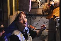 Blanka Josephová-Luňáková jako herečka v maňáskové grotesce Soused Kašpar a soused Škrhola, kterou uvedlo Divadla Alfa v Plzni