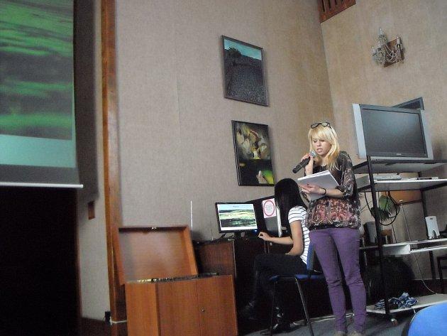 Jedna ze studentek Lycea Dr Henryka Jordana v Krakově prezentuje výsledky své práce