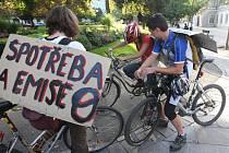 Součástí Dne bez aut byla i cyklojízda, při které měli někteří cyklisté na zádech výstižné transparenty