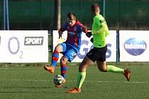 I s řadou náhradníků porazili dorostenci Viktorie Plzeň celek Příbrami 3:0. Na snímku se snaží jeden z hráčů hostů zastavit akci plzeňského Lukáše Václavíka (vlevo).