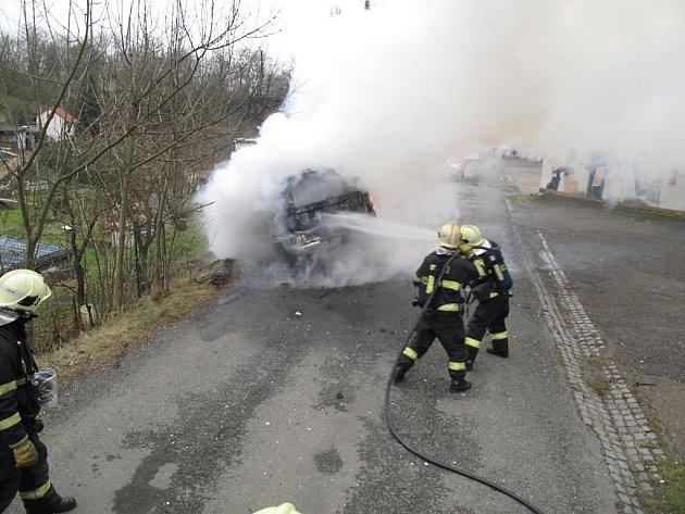 Profesionální hasiči ze stanice Plzeň-střed likvidují požár auta na Doubravce