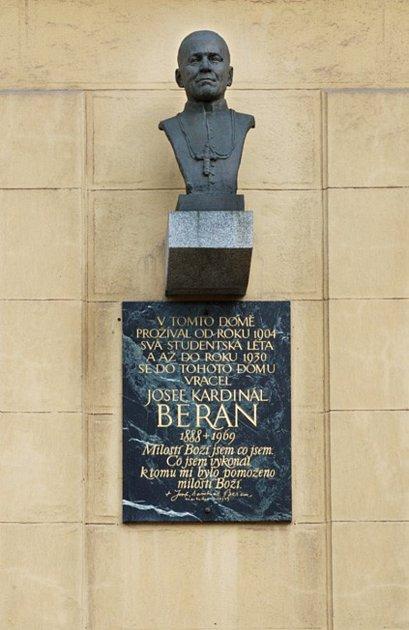 Autorem desky na Roudné vKřižíkově ulici je malíř Vladimír Havlic. Bustu vytvořila sochařka Marie Uchytilová, a to už vroce 1947.Odhalení desky se konalo vroce 1995.
