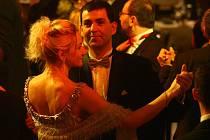 Plzeňané si v sobotu užívali v Měšťanské besedě česko-německý ples