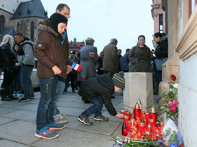Před budovou Francouzské aliance se v sobotu odpoledne sešly desítky lidí