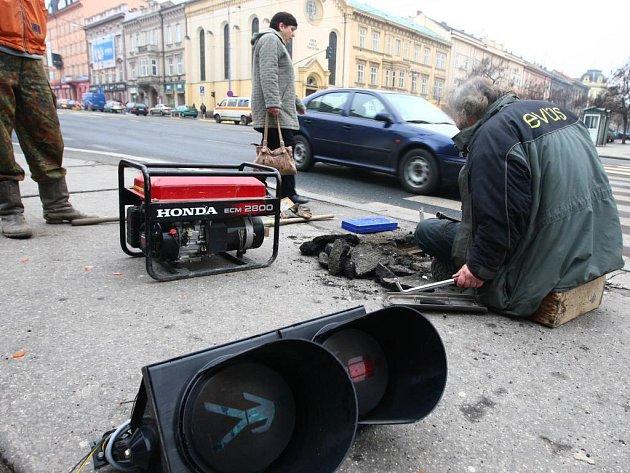 Nefukční semafory na křižovarce Klatovské a Husovy ulice v centru města způsobily problémy v pondělí ráno řidičům i chodcům