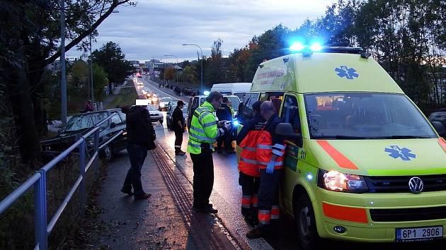 Auto v Chrástecké ulici srazilo chodce a nabouralo zábradlí