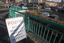 Cedule upozorňující na zpoplatnění se na parkovišti u plzeňského Kauflandu objevily už v pátek. Novinka začne platit od pondělí