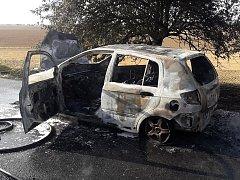 Plameny z hořícího vozu u Úlic přeskočily na přilehlé pole