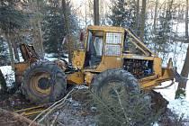 V lese se převrátil těžební traktor, řidiče převezli do nemocnice