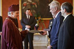 Prezident Miloš Zeman jmenoval nového rektora Západočeké univerzity, jímž se stal Miroslav Holeček (na fotografii v taláru).
