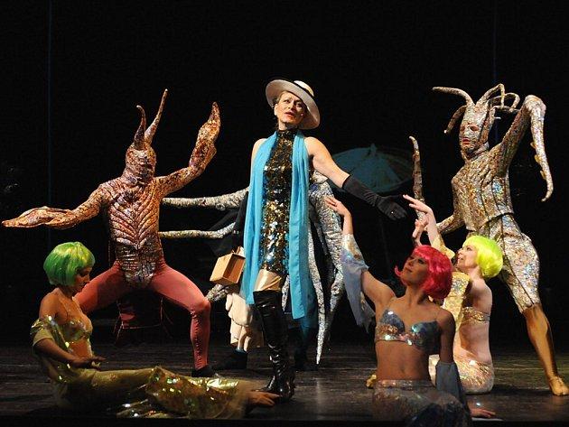 Stanislava Topinková-Fořtová jako Muriel Eubanksová v české premiéře amerického muzikálu Prodavači snů, který můžete zhlédnout ve Velkém divadle v Plzni