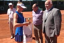 Denisa Hindová přebírá pohár za druhé místo v juniorském turnaji Ex Pilsen Tennis Arena Cup 2016