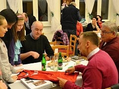 Úspěšný trenér národního basketbalového družstva žen  Lubor Blažek se po páteční besedě na severním Plzeňsku podepisuje zájemcům o autogram na reprezentační dres. Slavnostního večera se zúčastnili i starostové hostitelských Kralovic Rudolf Salfický (na sn