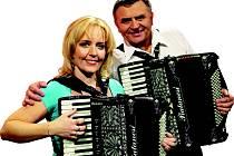 Renata a Josef Pospíšilovi tvoří populární Harmonikové duo, které vystoupí večer 17. ledna v Hotelu Slovan