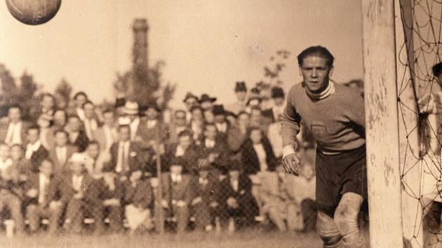 POHLED DO HISTORIE. Proti SK Pardubice si v roce 1941 zachytal v brance plzeňské Viktorie František Lacina.