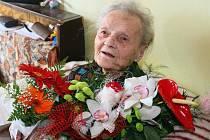 Marii Behenské z plzeňské čtvrti Slovany bylo letos na jaře 106 let. Doktory téměř nepotřebuje a tvrdí, že neduhy vyléčí humorem