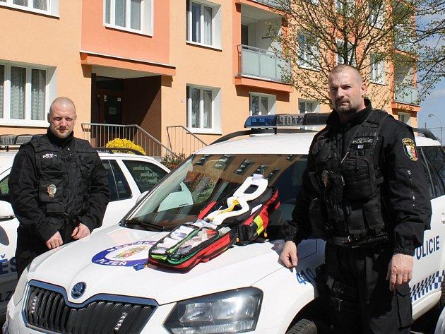 Tomáš Hein (vlevo) a Martin Michulda u služebního vozu. V něm vozí mimo jiné také záchranářský batoh, který využili při záchraně seniora