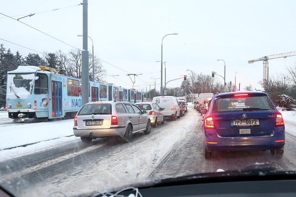 Sníh zasypal západočeskou metropoli. Zejména ráno kvůli neuklizeným komunikacím velmi komplikoval dopravu i na hlavních tepnách. Jinde ale sněhová nadílka nepřekážela a ozdobila nejen střechy a nejrůznější plzeňská zákoutí.