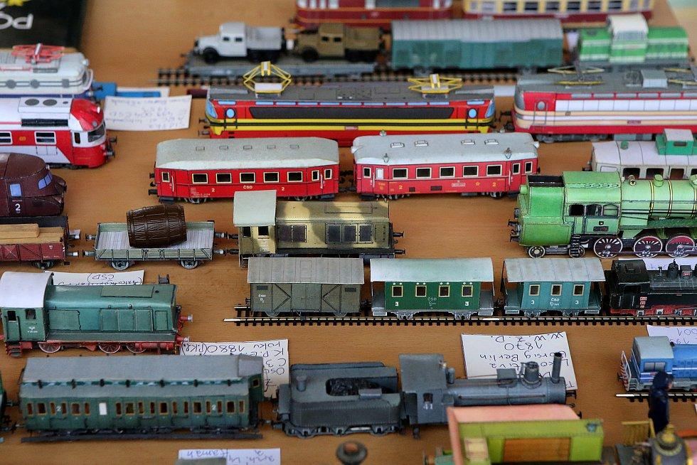 Vlaky a vláčky obsadily školní tělocvičnu i blízkou chodbu.