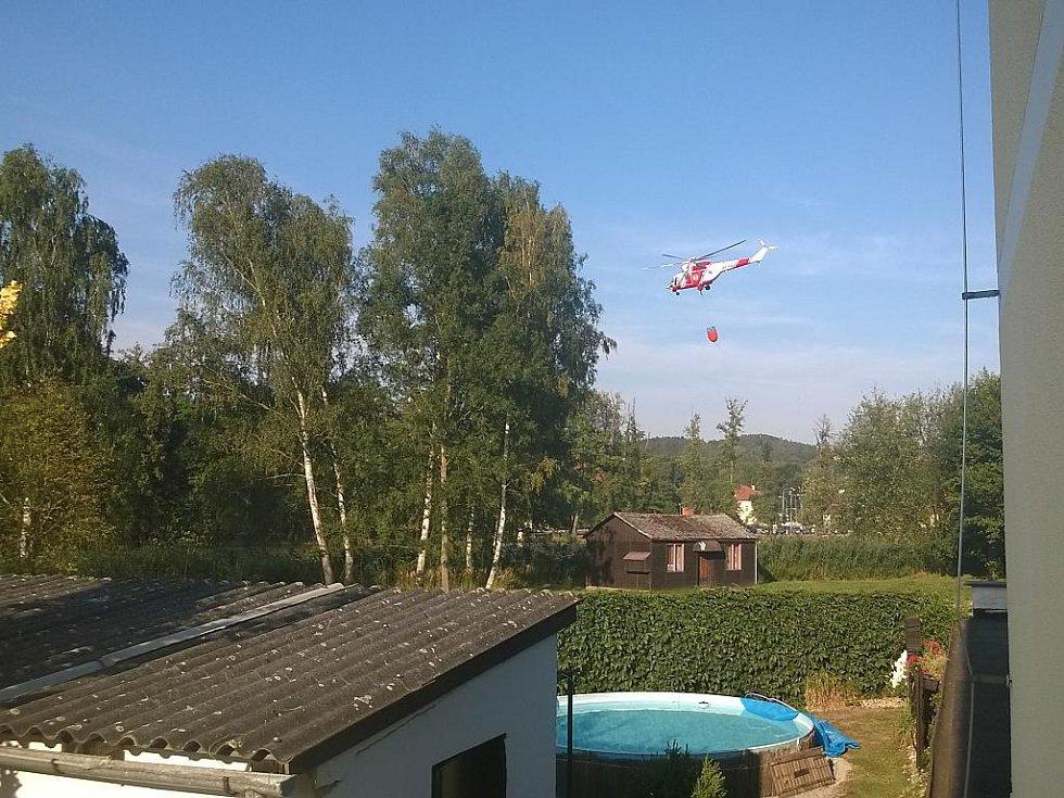 Vrtulník nabíral vodu v Plasích