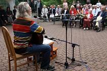 Na rozdíl od předchozích ročníků se letos na setkání právníků v Meditační zahradě v Plzni více mluvilo o politice. K lepší náladě přispěl například písničkář Jaroslav Hutka (na snímku)
