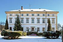 Zámek, který Česká tisková kancelář přestavěla pro rekreační účely, vracejí jeho stávající majitelé do původní historické podoby. Té dnes odpovídají i fasády