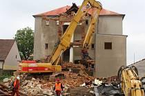Do měsíce nezbude nic. Demolice bývalé budovy tlučenské základní školy začala včera. Potrvá měsíc než bude místo zcela čisté a připravené pro stavbu Obecního domu