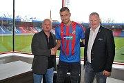 Tomáš Chorý s generálním manažerem FC Viktoria Plzeň Adolfem Šádkem (vlevo) a svým zástupcem Davidem Nehodou z agentury Nehoda Sport.