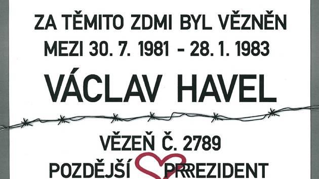 Jde o tabulku s připomínkou, že za zdmi káznice byl vězněn Václav Havel, pozdější prezident.