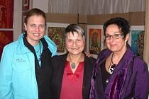 Na snímku jsou autorky Jana Vacková (obrazy), Marie Němejcová (šperky) a Dagmar Česáková (zleva), která zahájila výstavu úvodním slovem