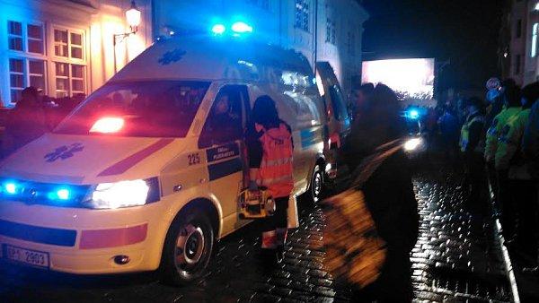 Záchranná služba naložila staršího muže.