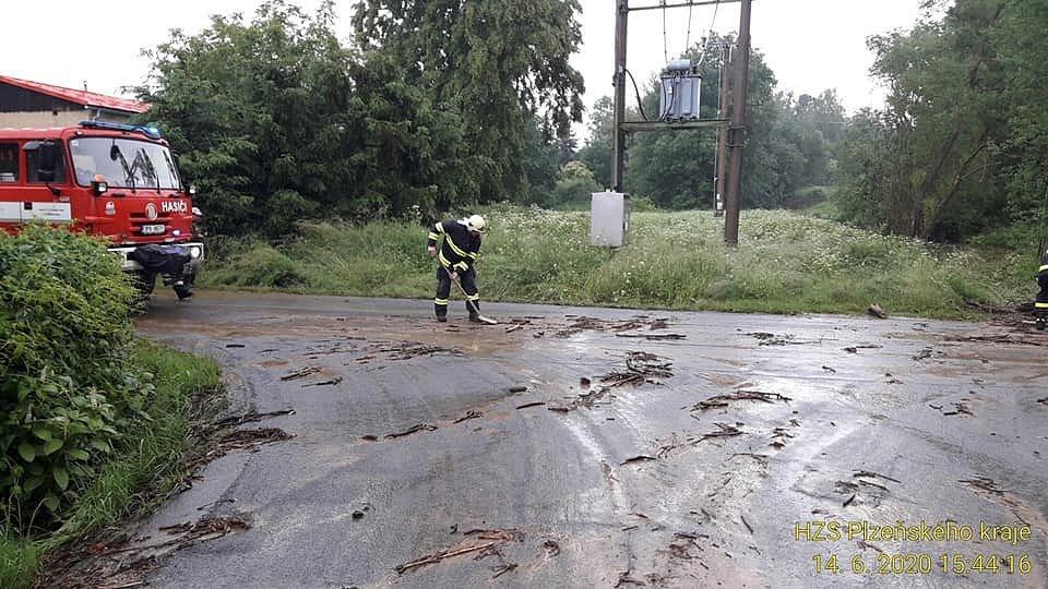 Hasiči likvidovali následky přívalových dešťů.