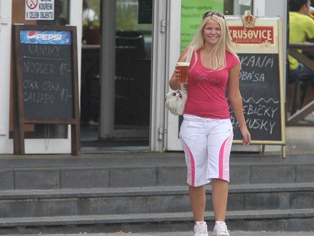 Studentka Bára v rámci testu Deníku obešla několik kiosků v Plzni