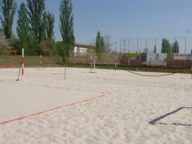 Beachvolejbalové kurty na Slovanech jsou téměř připraveny, brány pro veřejnost se otevřou v pondělí. Brzy se rozjede i nový areál na Lopatárně