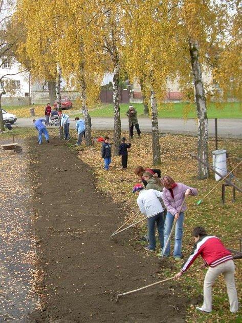 Na výstavbě dětského hřiště se podílely střížovické spolky i místní děti