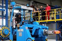 Chloubou metalurgické laboratoře je vakuová tavicí pec a hydraulický lis s manipulátorem (na snímku).