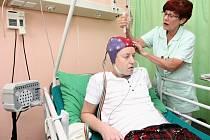 Monitorovaná osoba  je pod stálým dohledem speciálně vyškoleného personálu. Od EEG je odpojen pouze kvůli toaletě a osobní hygieně.     V průběhu monitorace pacient zapisuje svoje potíže a pocity.