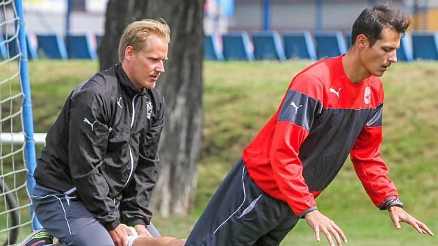 Tomáš Kučera  (vpravo) má za sebou v novém klubu první tréninky. Na snímku se rozcvičuje před dopoledním tréninkem za pomoci kondičního trenéra a fyzioterapeuta Michala Rukavičky.