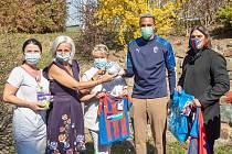 Fotbalista Jean-David Beauguel zavezl o dárky dětem, kteří musí zůstat o Velikonocích ve FN Plzeň.