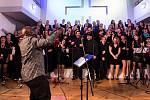 Gospel až na dřeň. Na snímku v popředí černošský zpěvák, skladatel a dirigent David Daniel.